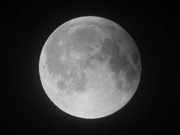 月食中の月 2011年12月11日 01:30:00