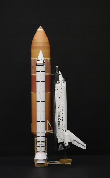 """1/100スケールペーパークラフトによる スペースシャトル ディスカバリー(STS-26 """"Return to Flight"""" 側面から)"""