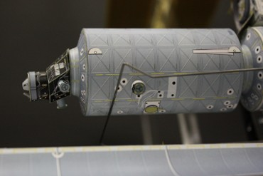 「デスティニー」地球側に取り付けられた「PDGF」とシャッターが取り付けられた窓