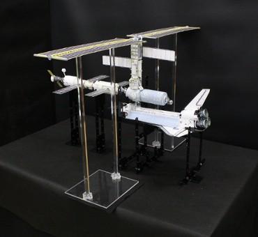 1/100スケールペーパークラフトによる 国際宇宙ステーション (2001年2月12日の姿)