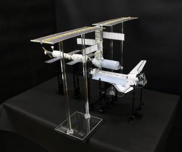 1/100スケールペーパークラフトによる 国際宇宙ステーション(2001年2月14日の姿)