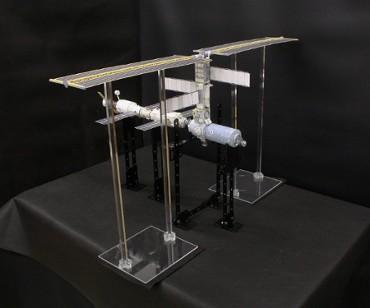 1/100スケールペーパークラフトによる 国際宇宙ステーション(2001年2月16日の姿)