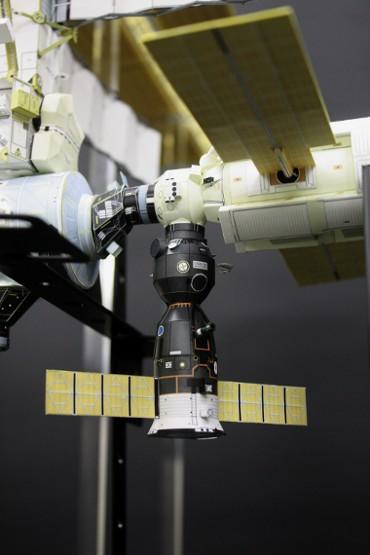 「ザーリャ」地球側に移動したソユーズ宇宙船(TM-31)