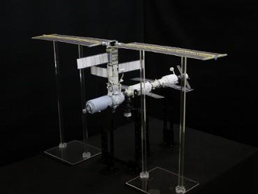 1/100スケールペーパークラフトによる 国際宇宙ステーション(2001年2月28日の姿)