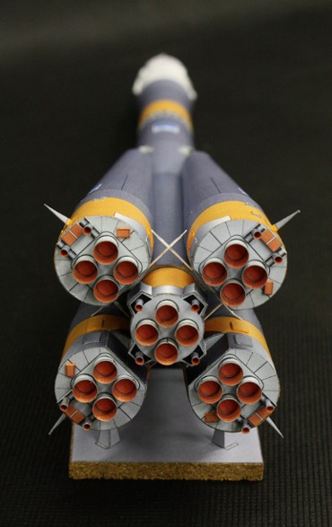 1/100スケールペーパークラフトによる ソユーズ-FGロケット(エンジン部分)