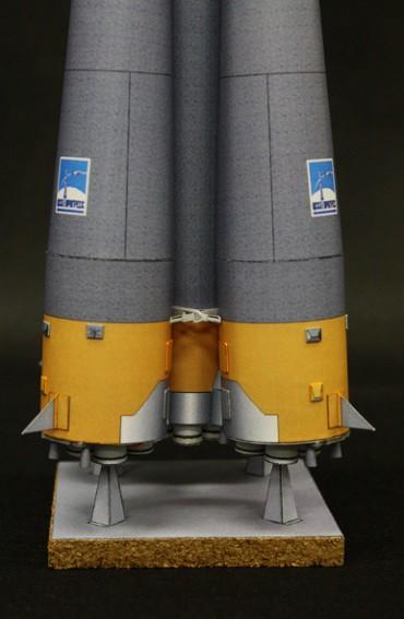 ロケット下部と井桁状のブースター・ガーダー