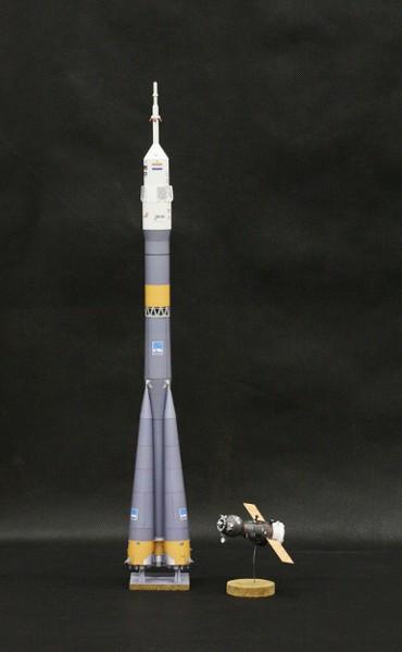 1/100スケールペーパークラフトによる ソユーズ-FGロケットと ソユーズ宇宙船(TMA-4)