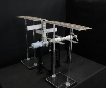 1/100スケールペーパークラフトによる 国際宇宙ステーション(2001年3月19日の状態)