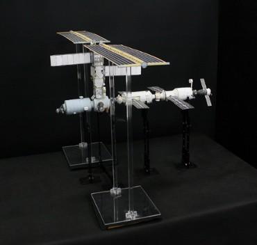 1/100スケールペーパークラフトによる 国際宇宙ステーション(2001年4月18日の状態)