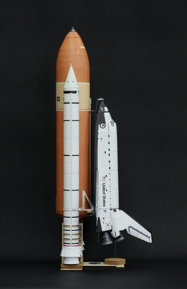 1/100スケールペーパークラフトによる スペースシャトル「エンデバー(STS-134)」(側面から)