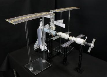 1/100スケールペーパークラフトによる 国際宇宙ステーション(2001年4月22日の状態)
