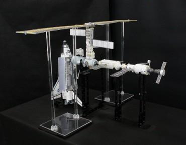 1/100スケールペーパークラフトによる 国際宇宙ステーション(2001年4月28日の状態)