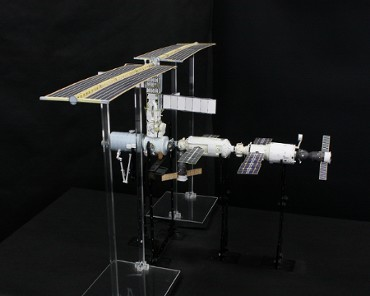 1/100スケールペーパークラフトによる 国際宇宙ステーション (2001年4月30日の状態)