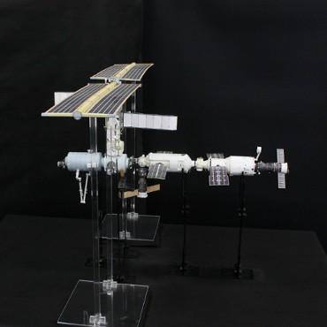 1/100スケールペーパークラフトによる 国際宇宙ステーション(2001年5月23日の状態)