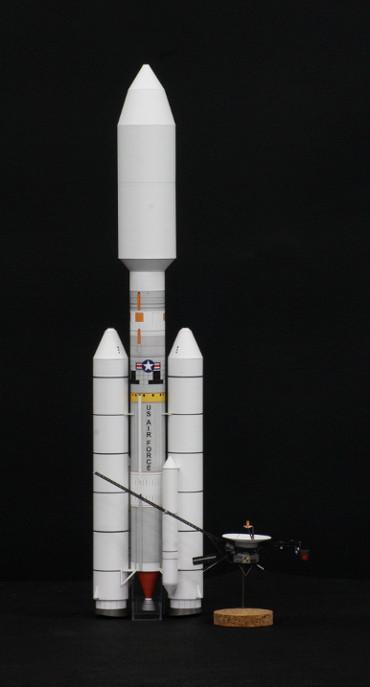 1/100スケールペーパークラフトによる タイタン-ⅢE と 「ヴォイジャー」探査機