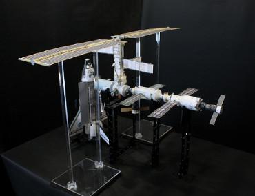 1/100スケールペーパークラフトによる 国際宇宙ステーション(2001年7月14日の状態)
