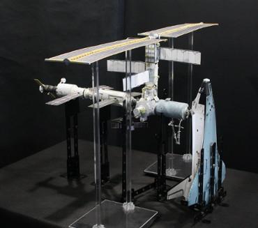 1/100スケールペーパークラフトによる 国際宇宙ステーション(2001年7月18日の状態)
