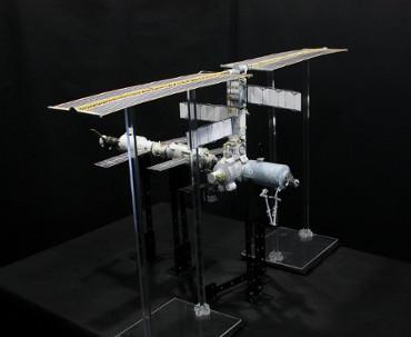1/100スケールペーパークラフトによる 国際宇宙ステーション(2001年7月22日の状態)