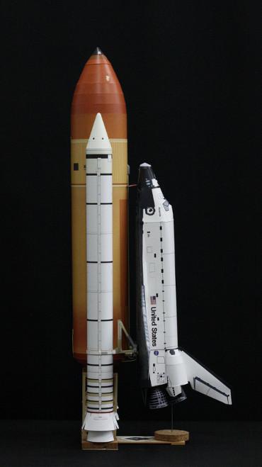 1/100スケールペーパークラフトによる スペースシャトル「アトランティス」(STS-135)」(側面から)