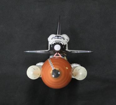 1/100スケールペーパークラフトによる スペースシャトル「アトランティス(STS-135)」(上から)