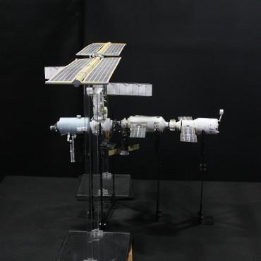 1/100スケールペーパークラフトによる 国際宇宙ステーション(2001年8月22日の状態)
