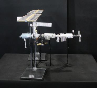 1/100スケールペーパークラフトによる 国際宇宙ステーション(2001年10月9日の状態)