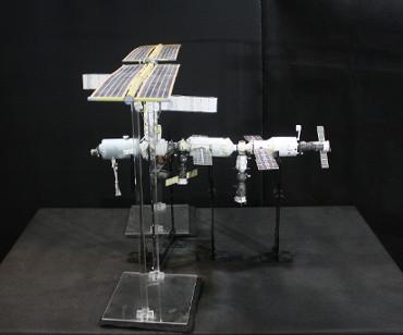 1/100スケールペーパークラフトによる 国際宇宙ステーション(2001年10月23日の状態)