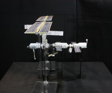 1/100スケールペーパークラフトによる 国際宇宙ステーション(2002年3月19日の状態)