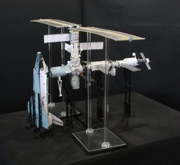 1/100スケールペーパークラフトによる 国際宇宙ステーション(2001年12月8日の状態)