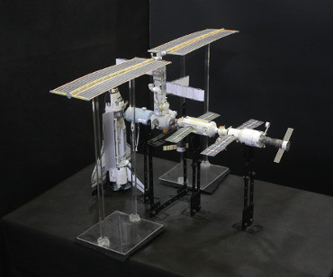 1/100スケールペーパークラフトによる 国際宇宙ステーション(2002年4月11日の状態)