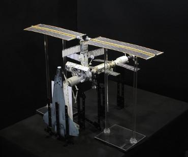 1/100スケールペーパークラフトによる 国際宇宙ステーション(2002年4月12日の状態)