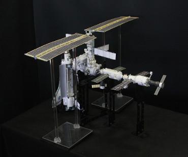 1/100スケールペーパークラフトによる 国際宇宙ステーション(2002年4月14日の状態)