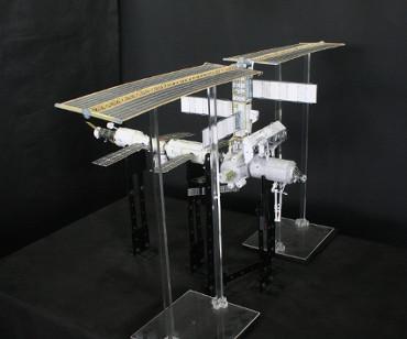 1/100スケールペーパークラフトによる 国際宇宙ステーション(2002年4月18日の状態)