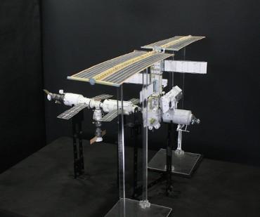 1/100スケールペーパークラフトによる 国際宇宙ステーション(2002年4月20日の状態)