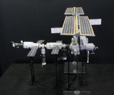 1/100スケールペーパークラフトによる 国際宇宙ステーション(2002年4月27日の状態)