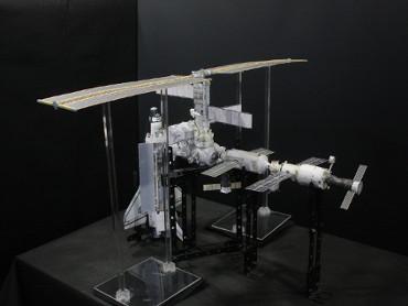 1/100スケールペーパークラフトによる 国際う宇宙ステーション(2002年6月8日の状態)
