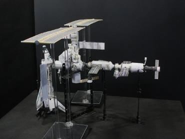 1/100スケールペーパークラフトによる 国際宇宙ステーション(2002年6月10日の状態)