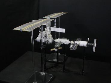 1/100スケールペーパークラフトによる 国際宇宙ステーション(2002年8月16日の状態)