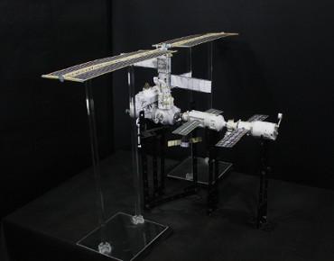 1/100スケールペーパークラフトによる 国際宇宙ステーション(2002年9月24日の状態)