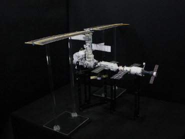 1/100スケールペーパークラフトによる 国際宇宙ステーション(2002年9月30日の状態)