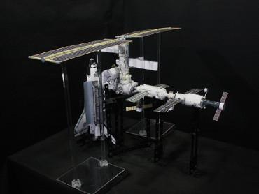 1/100スケールペーパークラフトによる 国際宇宙ステーション(2002年10月10日の状態)