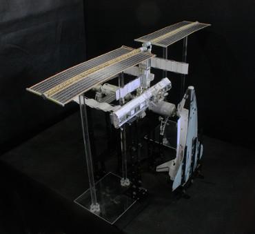 1/100スケールペーパークラフトによる 国際宇宙ステーション(2002年10月14日の状態)