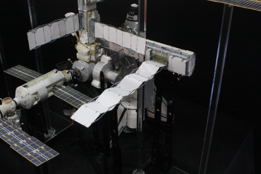 展開された「S1トラス」後部中央のラジエーター