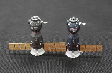 ソユーズ TM-14(左)とソユーズ TMA-1(右)