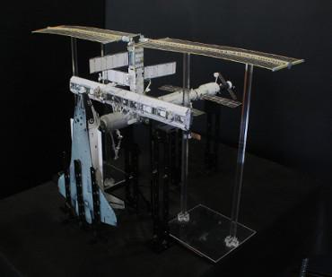 1/100スケールペーパークラフトによる 国際宇宙ステーション(2002年11月27日の状態)