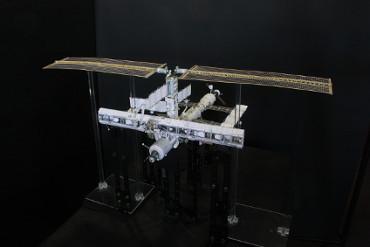 1/100スケールペーパークラフトによる 国際宇宙ステーション(2003年1月16日の状態)