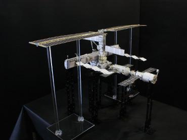 1/100スケールペーパークラフトによる 国際宇宙ステーション(2003年2月2日の状態)