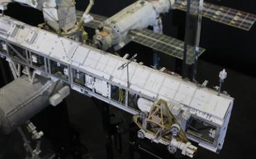 展開された「P1トラス」上部のUHFアンテナ