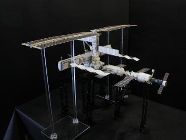 1/100スケールペーパークラフトによる 国際宇宙ステーション(2003年2月4日の状態)