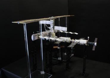 1/100スケール ペーパークラフトによる 国際宇宙ステーション(2003年4月28日の状態)